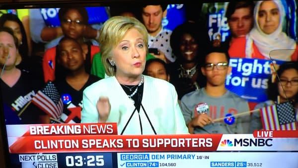 Hillary Clinton devant un groupe de supporters soigneusement choisis.