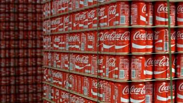 Un stock de canettes de Coca Cola dans l'usine française de Grigny (Ile-de-France)
