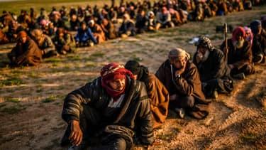 Des hommes suspectés de combattre pour Daesh arrêtés par les forces démocratiques syriennes à Baghouz le 22 février 2019