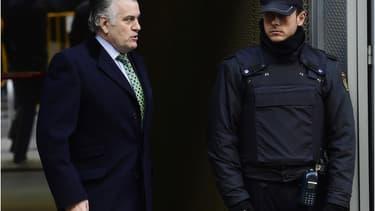 L'ex-sénateur et ancien trésorier du parti populaire actuellement au pouvoir, Luis Barcenas, accusé de fraude et de blanchiment d'argent, est sorti de prison en janvier 2015 et attend son procès.