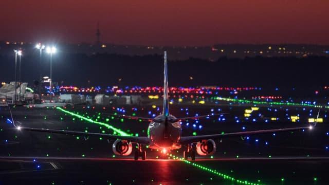 Un avion à l'atterrissage à l'aéroport de Francfort, en Allemagne (PHOTO D'ILLUSTRATION)
