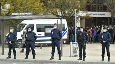 Des policiers devant le collège de Conflans-Sainte-Honorine où exerçait Samuel Paty, décapité par un islamiste le 16 octobre 2020
