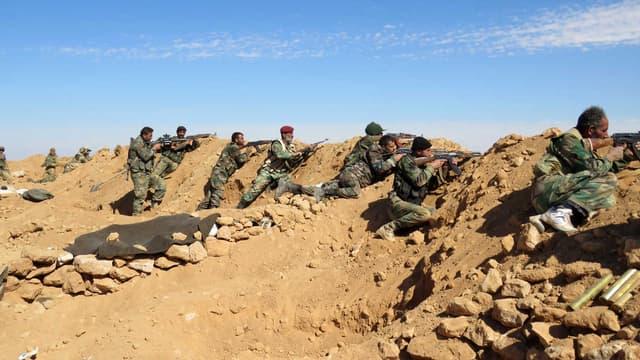 Des soldats de l'armée syrienne près de Raqqa, en février 2016.