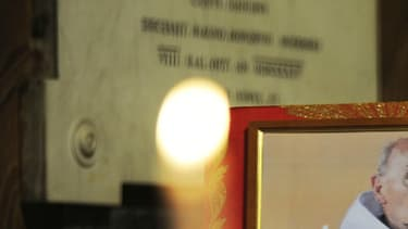 Une photo du père Hamel exposée en l'église San Luigi dei Francesi de Rome