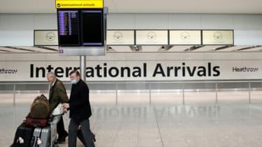 Le prêtre Alistair Macdonald (R) arrive à l'aéroport de Heathrow, le 8 juin 2020