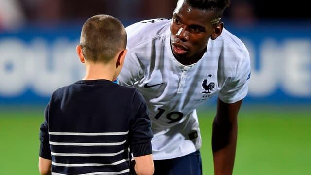 Paul Pogba tente de convaincre son fan de prendre le short... sans succès