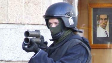 Illustration - un policier français tirant avec un flash-ball