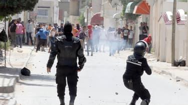 Dimanche 19 mai à Ettadhamen, banlieue de Tunis, les forces de l'ordre tentaient de contenir les manifestants radicaux liés à l'organisation islamiste Ansar al Charia.