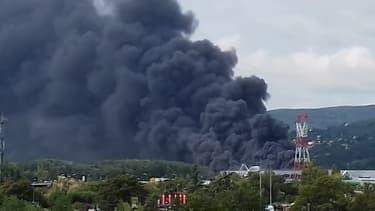 Un entrepôt d'une société de stockage de pneus en feu à Valence - Témoins BFMTV