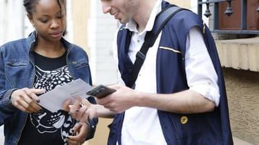 Alors que la sacoche des facteurs se vide, la Poste les transforme en acteurs de services de proximité auprès des usagers qu'ils côtoient 6 jours sur 7