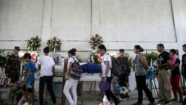 Les funérailles du militant écologiste philippin Ruben Arzaga, le 28 septembre 2017 à El Nido, membre du Palawan NGO Network Inc, abattu d'une balle dans la tête en s'approchant d'un site illégal d'abattage d'arbres dans la jungle.