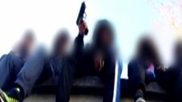 """Une image du clip où les """"bébé rappeurs"""" exhibent des liasses de billets."""