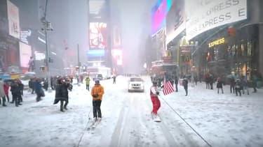 Le Youtubeur Casey Neistat s'est filmé en train de glisser en snowboard dans les rues de Times Square, à New York. Et a récolté plusieurs millions de vues en quelques heures.