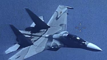 L'avion de chasse SU-30 a suivi l'avion américain de très près