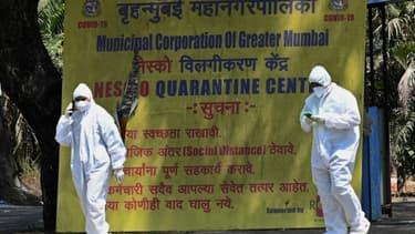 Des soignants dans un centre de quarantaine pour le Covid-19 à Bombay, en Inde, le 5 avril 2021