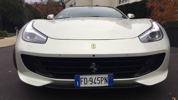 La GTC4 Lusso reprend les codes stylistiques de Ferrari, avec la large grille de calandre, les feux effilés, ou encore le cheval cabré sur la calandre.