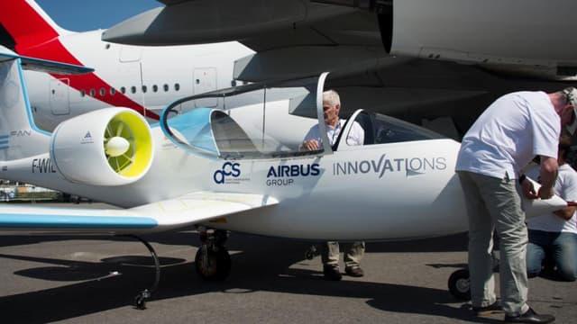 Lors d'une salon du Bourget, Airbus va notamment présenter son avion tout-électrique E-Fan. Un biplace équipé de deux moteurs électriques et des batteries embarquées.