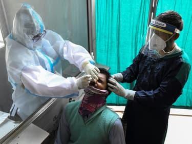 Un homme fait un test PCR du Covid-19, le 21 avril 2021 à Amritsar, en Inde