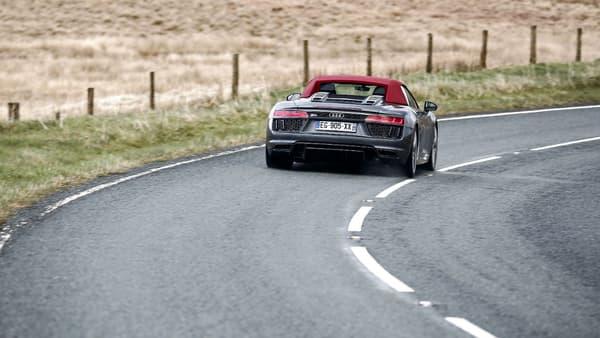Sur circuit comme sur les petites routes, ici au Pays de Galles, le V10 de la R8 ronronne de plaisir!