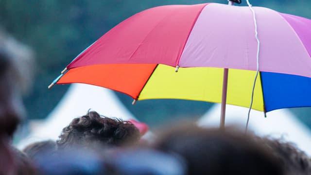 Un parapluie multicolore. (Photo d'illustration)