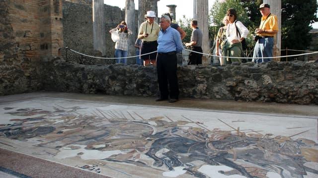 Des touristes visitant le site archéologique de Pompéi en 2005.