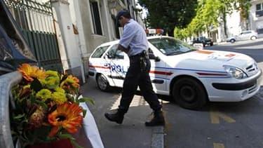 Devant la maison de Nantes où les corps d'Agnès Dupont de Ligonnès et de ses quatre enfants ont été découverts en avril. Un mandat d'arrêt international a été émis mardi soir à l'encontre de Xavier Dupont de Ligonnès, soupçonné de l'assassinat de son épou