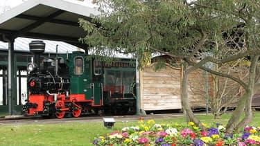 Le petit train fait partie des figures emblématiques du jardin d'acclimatation à Paris.