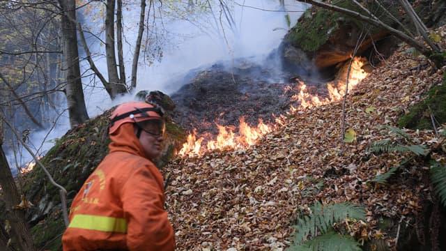 Des pompiers volontaires luttent contre un incendie près de Ribordone, au nord de Turin (Italie), le 30 octobre 2017 (photo d'illustration).