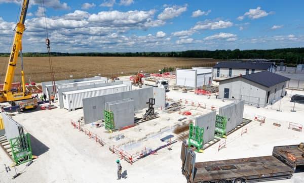 Le site de stockage en batterie a été construit en plein champ dans le nord du département de la Côte d'Or.