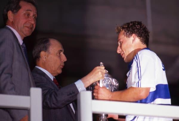 François Mitterrand remet la Coupe de France à Jean-Pierre Papin en 1989