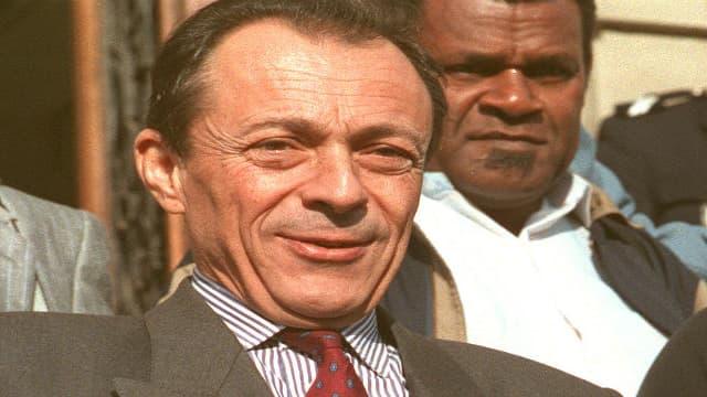"""Michel Rocard et Jean-Marie Tjibaou, le 29 octobre 1988 à Conflans-Sainte-Honorine, célébrant la victoire du """"oui"""" au référendum de Nouvelle-Calédonie."""