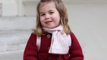 La princesse Charlotte, photographiée par sa mère, le jour de sa rentrée à l'école maternelle.