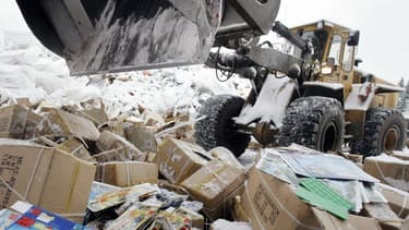 """Cette mesure, présentée comme une """"première mondiale"""" par le chef du gouvernement, vise à imposer de donner ces produits ou de les recycler, à partir de fin 2021 ou de fin 2023"""
