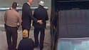 Manuel Noriega (à droite) conduit à l'aéroport de Miami, où il a embarqué à bord d'un vol Air France à destination de Paris. L'ancien dirigeant panaméen Manuel Noriega est en cours d'extradition des Etats-Unis vers la France, où il a été condamné pour bla