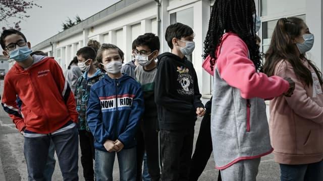Des enfants attendent d'être testés pour le Covid-19 dans une école d'Eysines, près de Bordeaux (France), le 25 février 2021.