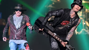 Le chanteur Axl Rose (à gauche) et le guitariste Dj Ashba du groupe Guns N' Roses, en concert à Las Vegas en mai 2014.