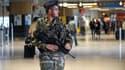 Un militaire patrouille à l'aéroport de Toulouse, en mai 2013.