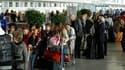 A l'aéroport Roissy-Charles-de-Gaulle. Vingt aéroports du nord de la France resteront fermés jusqu'à samedi matin 08h00 en raison de la présence dans l'espace aérien d'un nuage de cendres volcaniques venu d'Islande. /Photo prise le 16 avril 2010/REUTERS/B