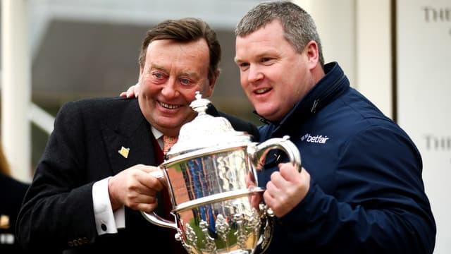 L'entraîneur de chevaux Gordon Elliott (à droite)