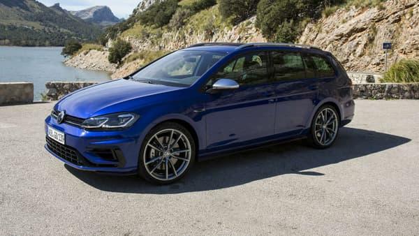 Depuis 2015, en plus des versions 3 et 5 portes, Volkswagen décline ainsi sa bête de course en version break, la Golf R Variant. De quoi avoir les atouts d'une familiale et d'une sportive. La Golf R Variant, un break familial de 310 chevaux