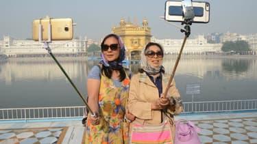 Des touristes chinoises en Inde au Temple d'Or d'Amritsar, haut lieu de la religion sikh.