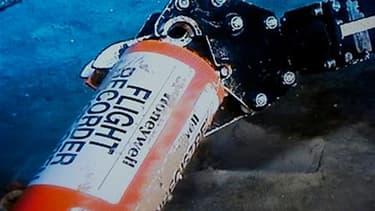 Un bras mécanique saisit une des boîtes noires du vol Rio-Paris, repêchée dimanche dans l'Atlantique, au large du Brésil. Cette boîte contient les informations de vol de l'AF447, qui s'est abîmé le 1er juin 2009 avec 228 personnes à bord dans des circonst