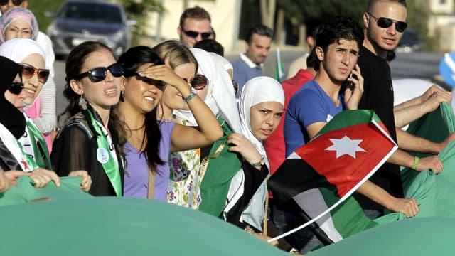 Des Syriens manifestent en Jordanie à l'occasion de l'anniversaire du massacre de Ghouta, où des armes chimiques avaient été utilisées. Le gouvernement syrien est accusé par l'ONU d'avoir à nouveau utilisé ce type d'armes.