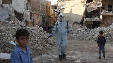 Un membre des casques blancs dans la ville rebelle d'Atareb, dans la province d'Alep, le 7 mai 2020.