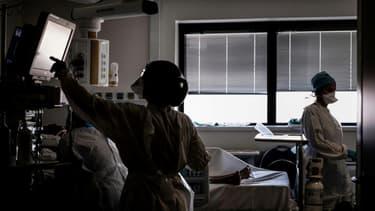 Un malade du Covid-19 est soigné dans l'unité de soins intensifs de l'hôpital de la Croix-Rousse à Lyon, en France, le 15 septembre 2020.