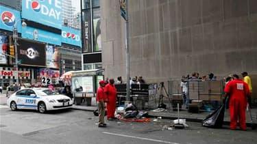 Nettoyage des débris de la voiture piégée à Times Square, à Manhattan. Les taliban pakistanais ont revendiqué dimanche la tentative d'attentat déjouée samedi soir dans le centre de New York. /Photo prise le 2 mai 2010/REUTERS/Chip East