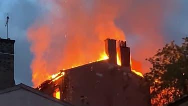 Un violent incendie s'est déclaré dans le quartier de la Croix-Rousse, à Lyon.