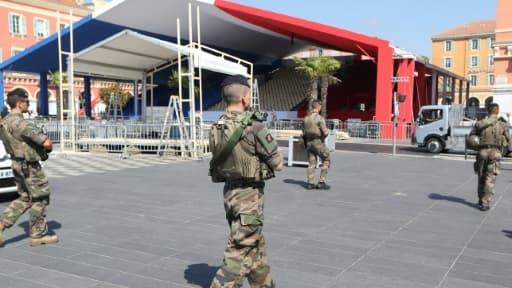 Des soldats patrouille dans le centre de Nice, le 12 juillet 2017, à la veille des commémoration de l'attentat meurtrier il y a un an