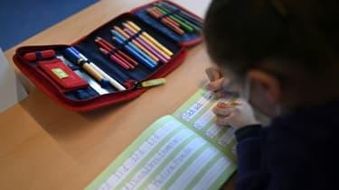 Exercice d'écriture pour un écolier dans une école primaire en Allemagne, le 22 février 2021  (photo d'illustration).