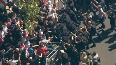 Un millier de manifestants d'extrême droite a protesté devant le domicile du Premier ministre à Downing Street.